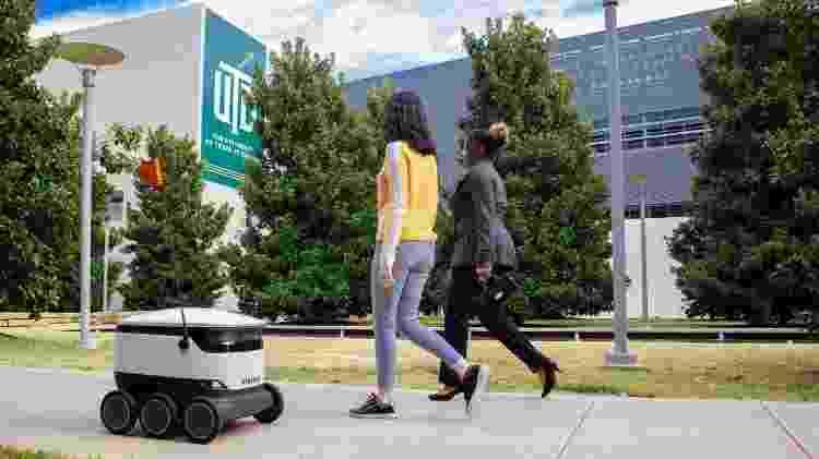 Robô de entrega da startup Starship circulando por campus universitário - Divulgação - Divulgação