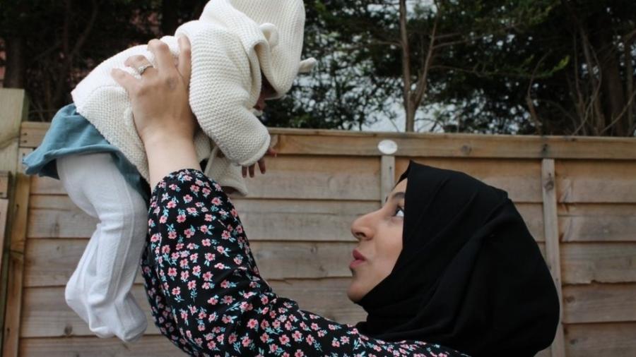 O bebê que ela disse que talvez nunca conhecesse: Marriam reunida com a filha Khadija - BBC