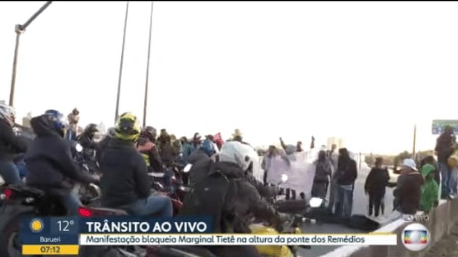 Uma manifestação bloqueou um trecho da marginal Tietê, em São Paulo, na altura da Ponte dos Remédios, provocando trânsito na região - Reprodução/TV Globo
