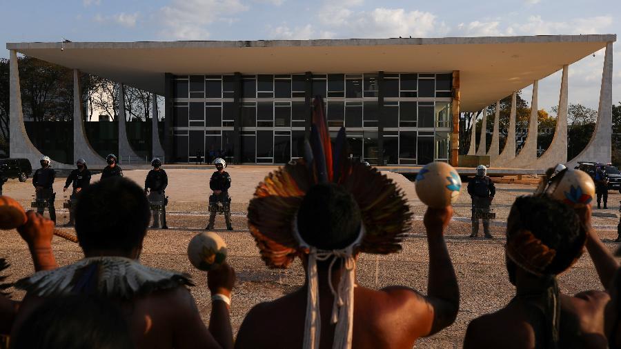 Grupo protesta em frente ao prédio do Supremo Tribunal Federal (STF) contra o marco temporal - Amanda Perobelli/Reuters