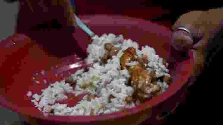 Refeição preparada com arroz, feijão carcaças e peles de frango comprados por Lindinalva - FELIX LIMA/ BBC NEWS BRASIL - FELIX LIMA/ BBC NEWS BRASIL