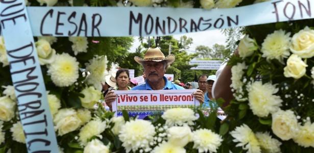 27.set.2015 - Parentes e amigos de estudantes desaparecidos no México fazem manifestação em Iguala, para lembrar o primeiro aniversário do sequestro dos jovens depois de serem atacados pela polícia local