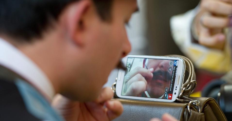 5.out.2015 - Homem confere o bigode para disputa do Campeonato Mundial de Barba e Bigode, em Leogang, na Áustria