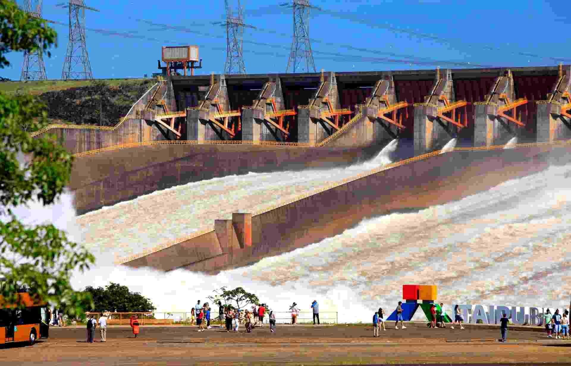 As comportas da usina hidrelétrica de Itaipu, no PR, foram abertas na noite de sexta-feira (16) para reduzir o nível do reservatório, elevado pelo excesso de chuvas na região.  A vazão chegou a 2.642 metros cúbicos de água por segundo, o equivalente à vazão normal de duas Cataratas do Iguaçu. Para aliviar o reservatório, Itaipu deve continuar liberando água por mais três dias - Alexandre Marchetti/ Itaipu Binacional