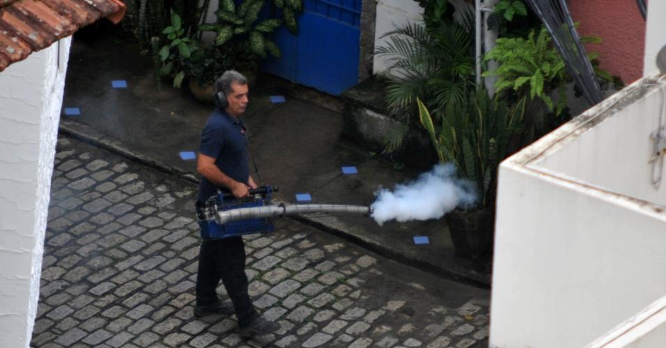 8.dez.2015 - Funcionário de empresa particular faz a pulverização de inseticida em vila de casas no Humaitá, no Rio de Janeiro. A ação faz parte de um reforço no combate ao mosquito Aedes aegypti, transmissor da dengue, chikungunya e zika