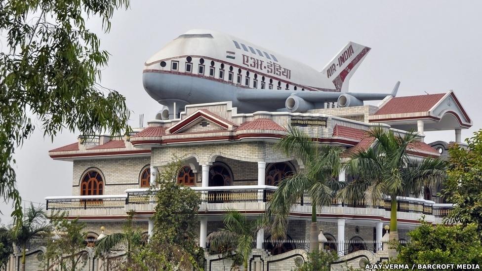 O objeto no telhado desta casa não é um avião: é uma caixa d'água. Estas esculturas que escondem o reservatório podem ser vistas em casas da região de Punjabi, na Índia. Santokh Singh Uppal, um fã da aviação, é o construtor destas caixas d'água que incomuns