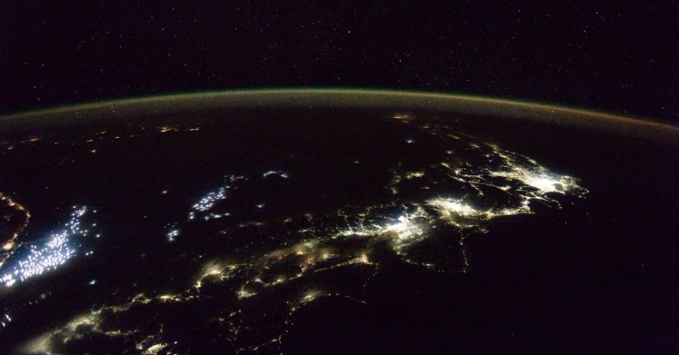 11.jan.2016 - A parte mais iluminada da imagem é Tóquio e as luzes brancas à esquerda são barcos de pesca. A foto foi feita da ISS (Estação Espacial Internacional, sigla em inglês) pelo astronauta britânico Tim Peake e postada por ele na sua conta de Twitter