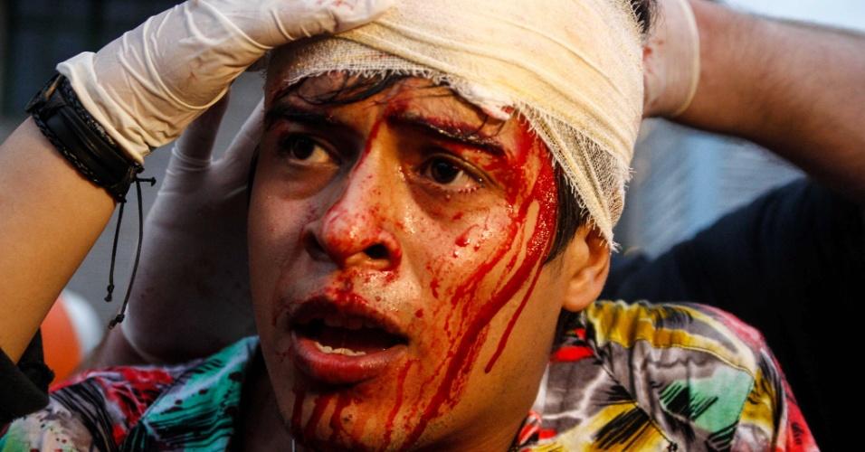 12.jan.2016 - Manifestante que ficou bastante ferido após início da confusão na avenida Paulista recebeu socorro por equipe médica no local