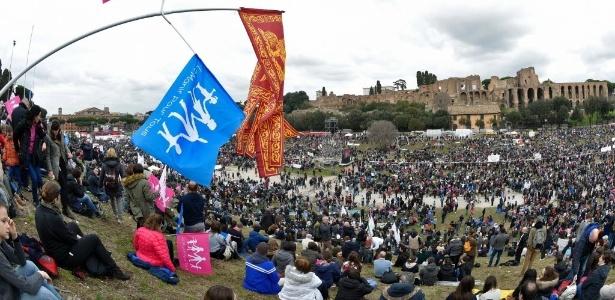30.jan.2016 - Milhares de manifestantes protestam em Roma, na Itália, contra o direito de casais do mesmo sexo à união civil