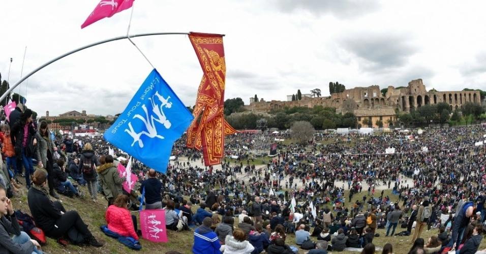"""30.jan.2016 - Milhares de manifestantes protestam em Roma, na Itália, contra o direito de casais do mesmo sexo à união civil, neste sábado (30). O """"Dia da Família"""" foi organizado para tentar derrubar uma lei que está em tramitação no parlamento italiano"""