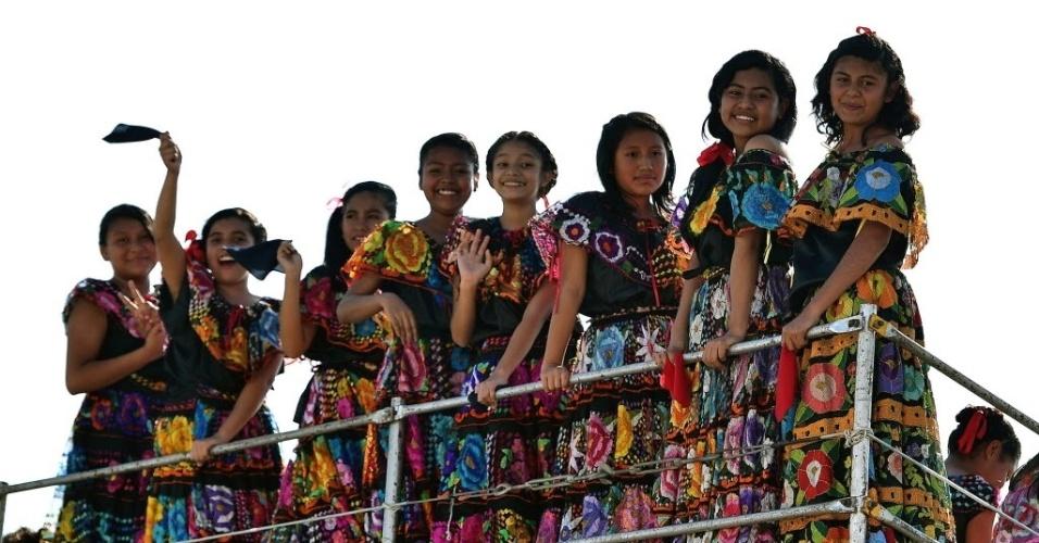 15.fev.2016 - Grupo de adolescentes indígenas recebe o papa Francisco no aeroporto Tuxtla Gutierre, em Chiapas, no México. O pontífice vai celebrar uma missa com os representantes das comunidades indígenas da cidade