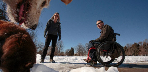 Tyler Wilson e sua noiva, Crystal Black, brincam com cães na neve