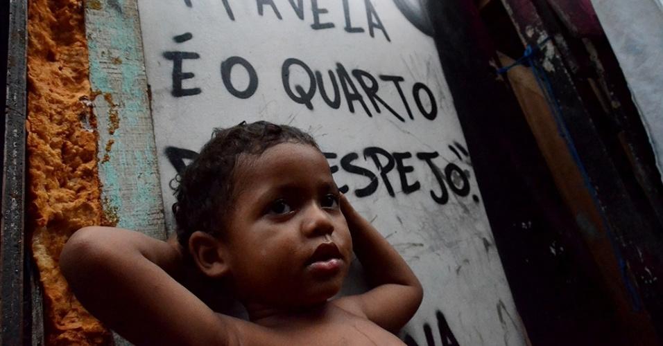 """3.mar.2016 - A comunidade """"favela do Sossego, no bairro do Pina, na região sul do Recife tem cerca de 100 famílias. As casas foram erguidas sob tábuas no rio Capibaribe. Além do desafio de morar em um local marcado pela extrema miséria, os moradores precisam enfrentar a tríplice epidemia de zika, dengue e chikungunya. João Felipe, 2, já caiu no rio duas vezes"""