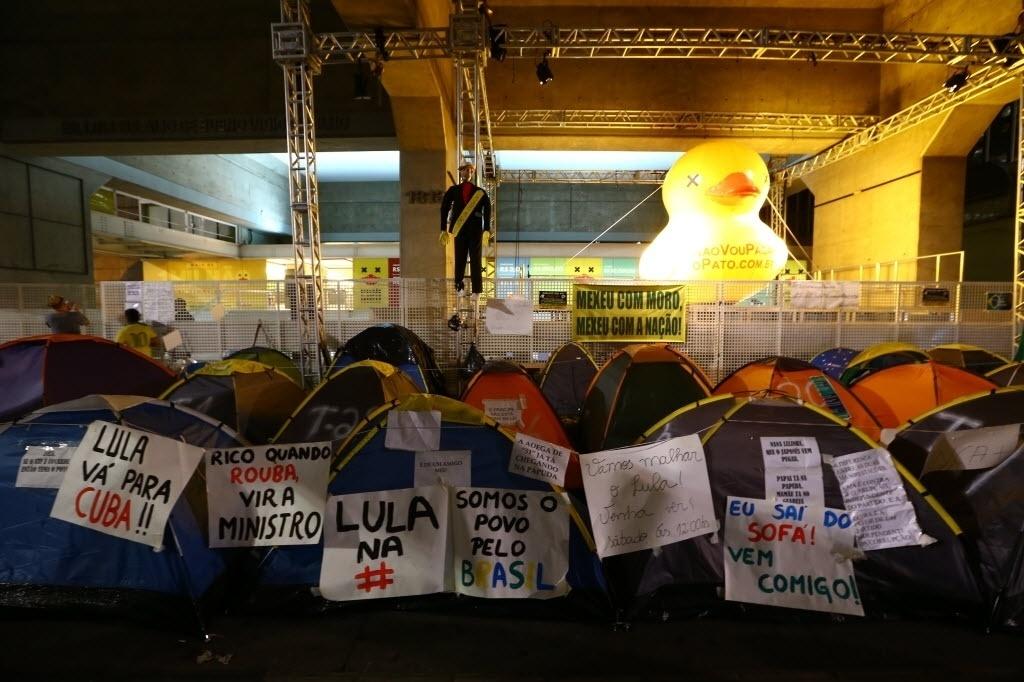 22.mar.2016 - Manifestantes favoráveis ao impeachment da presidente Dilma Rousseff acampam em barracas em frente ao prédio da Fiesp, na Av. Paulista, em São Paulo