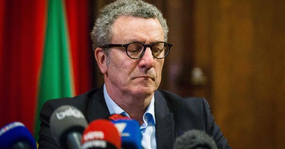 22.mar.2016 - Yvan Mayeur, prefeito de Bruxelas, concede entrevista à imprensa para repercutir os atentados terroristas coordenados que atingiram a capital belga na manhã desta terça-feira