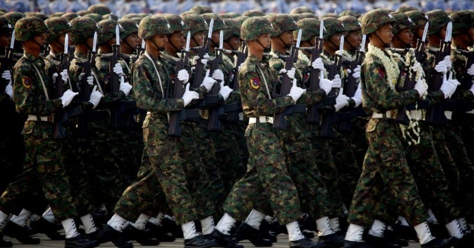 27.mar.2016 - Soldados marcham durante uma parada para marcar o 71° Dia das Forças Armadas em Nay Pyi Taw, Mianmar