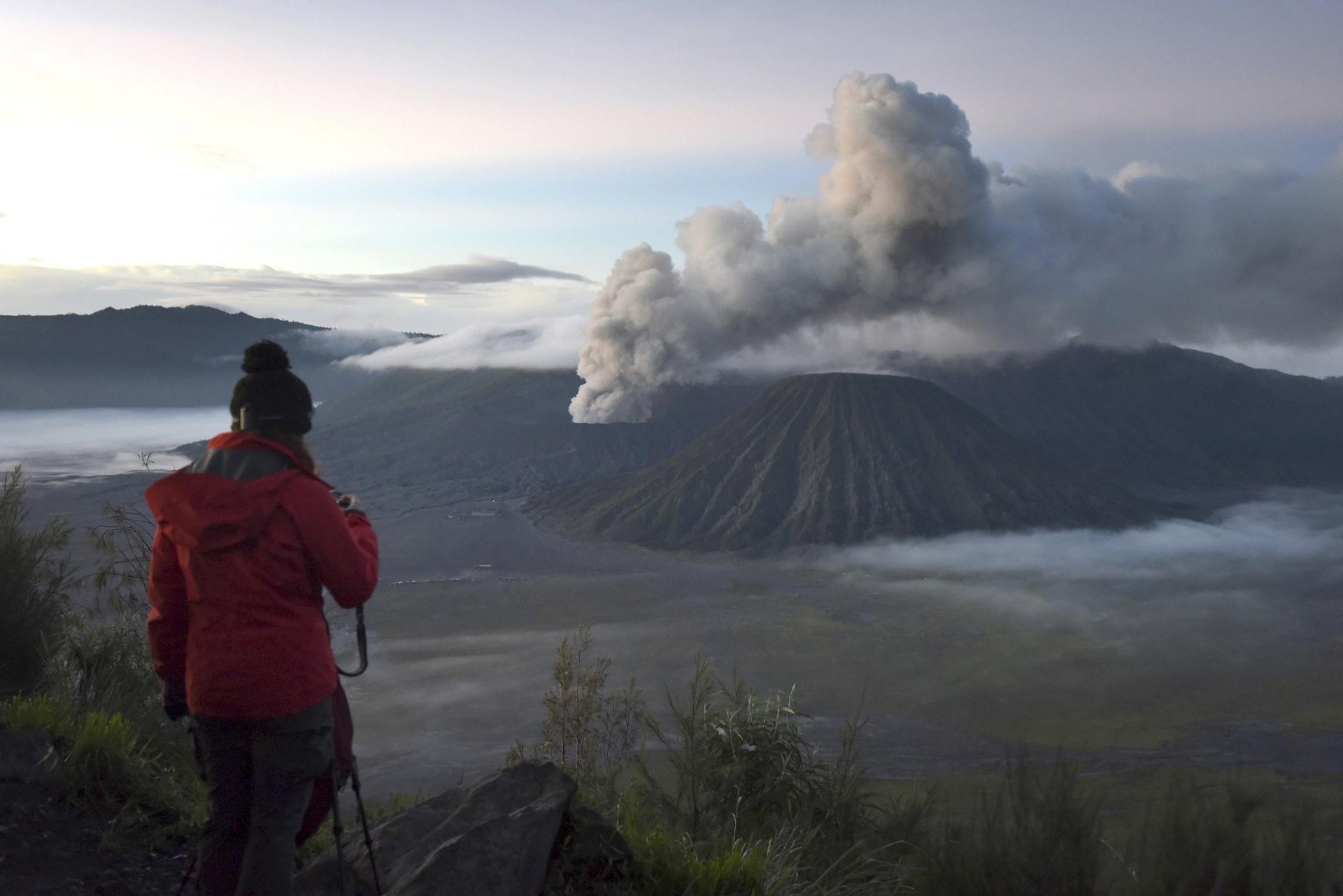 03.abr.2016 - Turista tira foto do Monte Bromo, vulcão ativo em Probolinggo, na província de Java Oriental, na Indonésia. O local é um tradicional ponto turístico