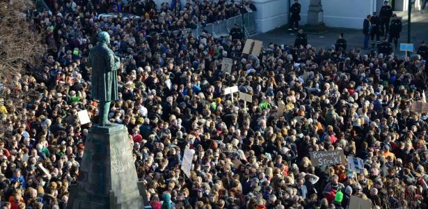 Islandeses protestam pela renúncia do então premiê Sigmundur David Gunnlaugsson