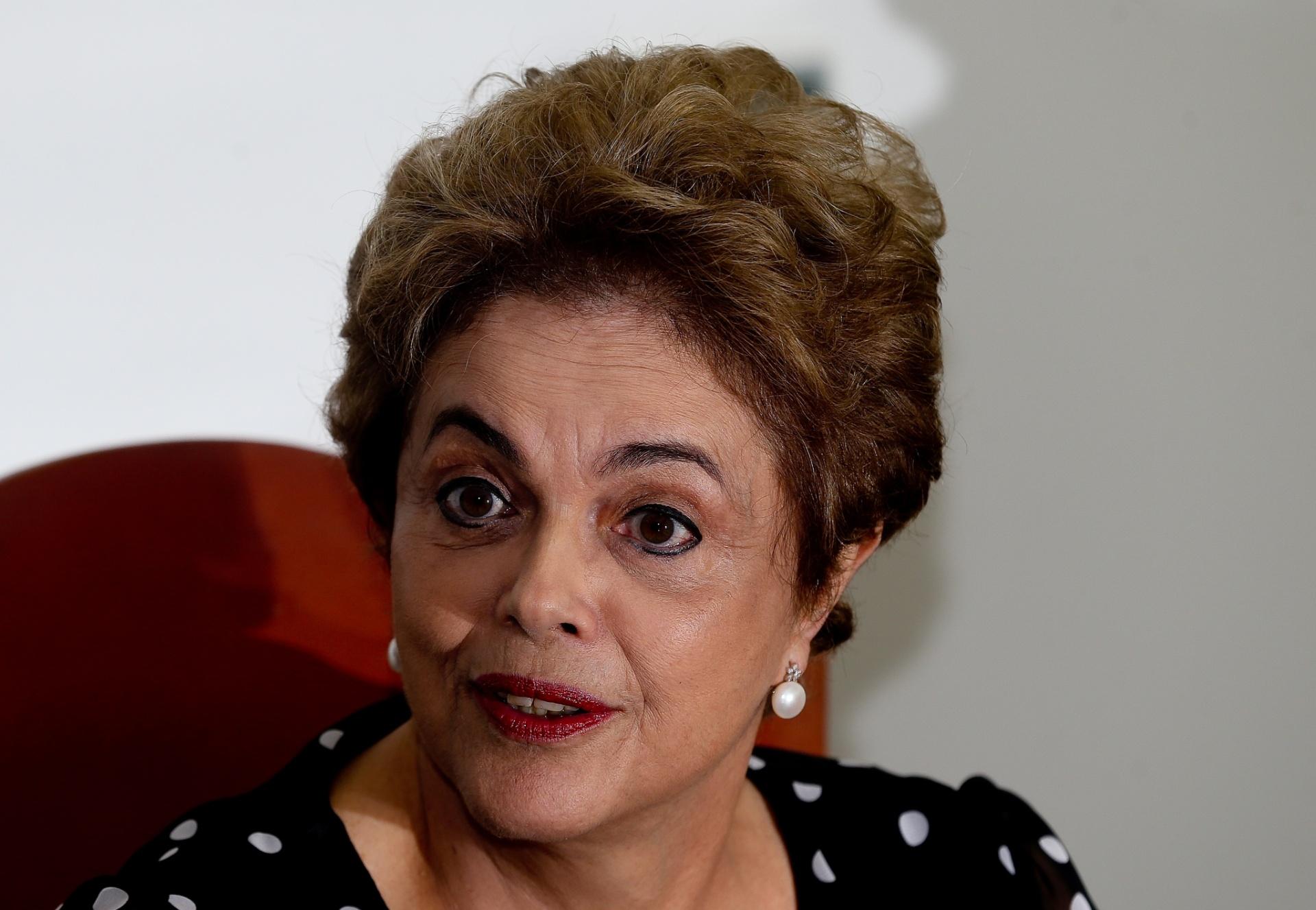 13.abr.2016 - A presidente Dilma Rousseff dá entrevista para alguns veículos de comunicação, em seu gabinete no Palácio do Planalto
