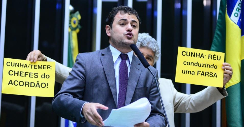 15.abr.2016 - Deputado Glauber Braga (PSOL-RJ) discursa durante sessão especial na Câmara para votação do parecer do deputado Jovair Arantes (PTB-GO), que recomenda a abertura do processo de impeachment da presidente Dilma Rousseff