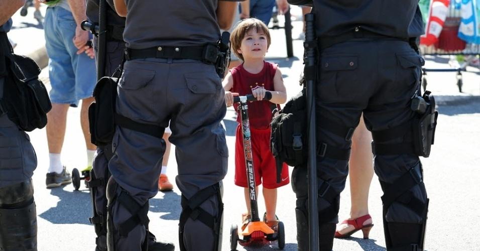 17.abr.2016 - Criança brinca com patinete diante de policiais militares durante protesto contra o impeachment da presidente Dilma Rousseff, com a presença do Furacão 2000 e 100 funkeiros, na zona sul do Rio de Janeiro (RJ)
