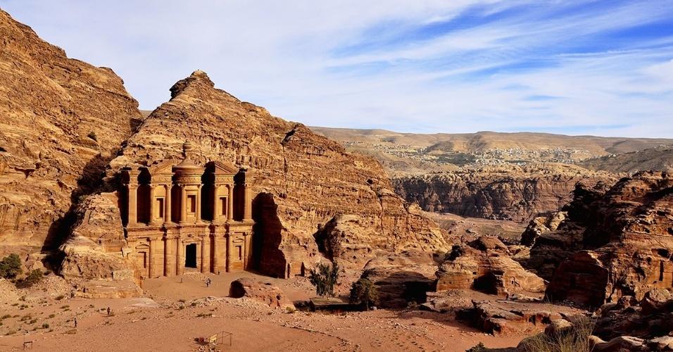 19.abr.2016 - Monastério, em Petra, Jordânia, está a cerca de uma hora de subida do centro da cidade, mas vale a caminhada. O prédio foi esculpido diretamente nas montanhas rochosas acima do antigo centro comercial