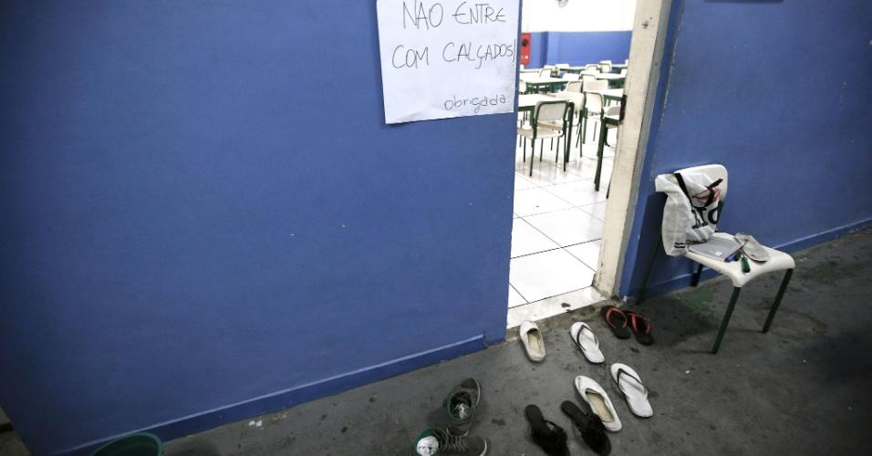 20.abr.2016 - Para entrar no refeitório, os alunos do Colégio Estadual Amaro Cavalcanti deixam seus calçados na porta. A unidade fica no Largo do Machado, na zona sul do Rio, e foi inaugurado em 1875 pelo imperador D. Pedro 2º