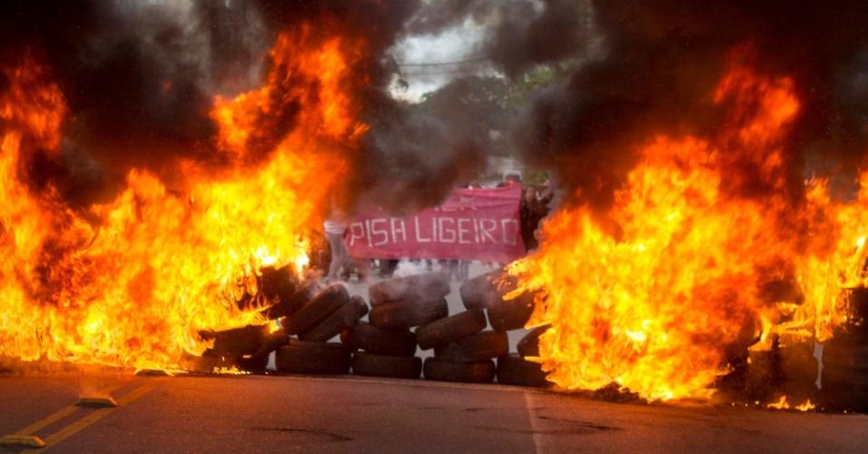 28.abr.2016 - Manifestantes da Frente Povo Sem Medo, composta por dezenas de movimentos sociais encabeçados pelo Movimento dos Trabalhadores Sem Teto (MTST), bloqueiam trecho da avenida Giovanni Gronchi, na zona sul de São Paulo (SP), em protesto contra o impeachment da presidente Dilma. A Frente, que já havia anunciado a paralisação, realiza bloqueios em oito Estados e no DF