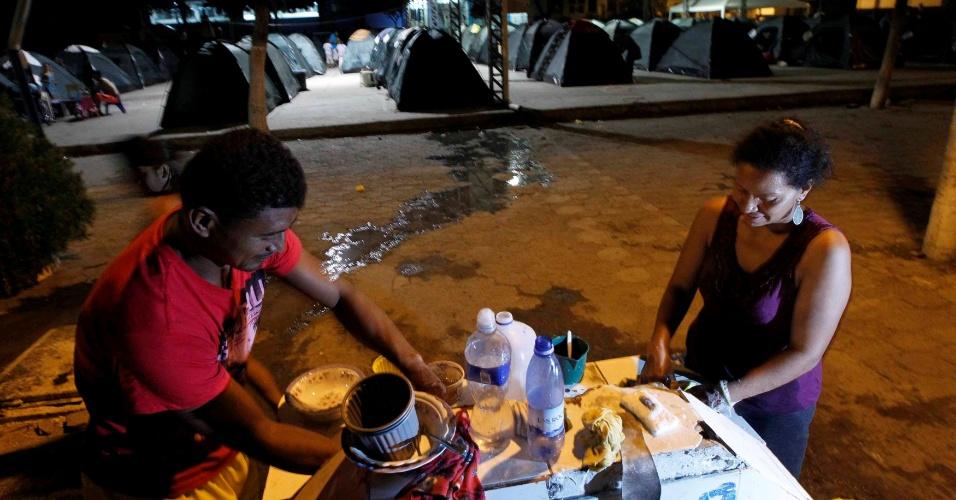 6.mai.2016 - Desabrigados servem refeição ao lado de barracas montadas em abrigo em Manta, após o forte terremoto que atingiu a costa do Equador no mês passado