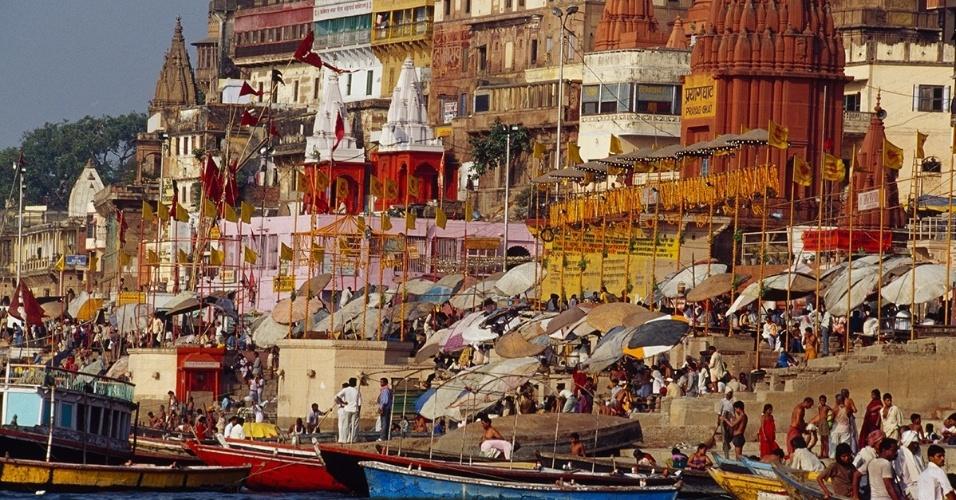 18.mai.2016 - Pessoas caminham em Varanasi, Índia, nas margens do rio Ganges. As águas do rio são consideradas sagradas e levam multidões a Varanasi, onde podem banhar-se nela