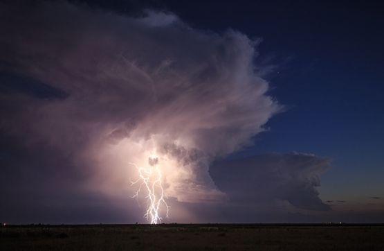 24.mai.2016 - Na medida em que as bolhas de ar úmido atingem as partes mais frias da atmosfera, essa mistura condensa, transformando nuvens de algodão macias em uma enorme e pesada nuvem de chuva
