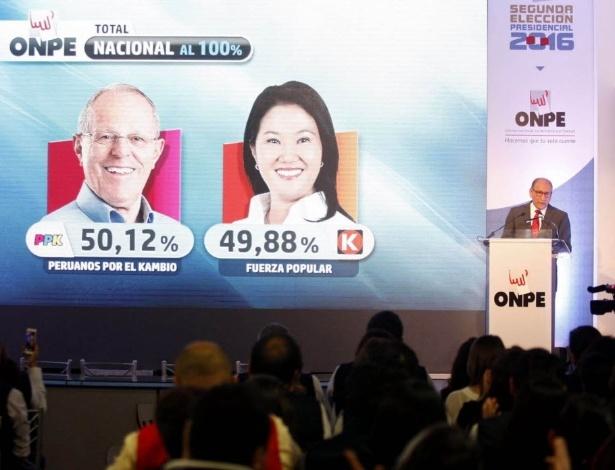 Mariano Cucho (à direita), representante da ONPE, órgão eleitoral no Peru, anuncia o resultado das eleições presidenciais após a apuração de 100% dos votos