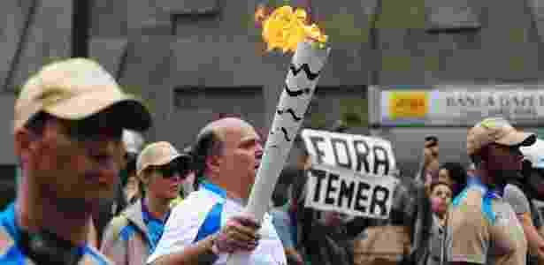 Passagem da Tocha Paraolímpica foi alvo de pequeno protesto - Junior Lago/UOL - Junior Lago/UOL