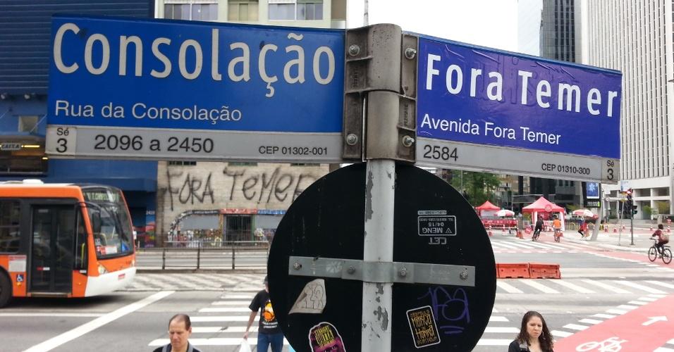 """7.set.2016 - Placa de rua é alterada com os dizeres """"Fora Temer"""" na esquina da rua da Consolação com a avenida Paulista, na região central de São Paulo"""