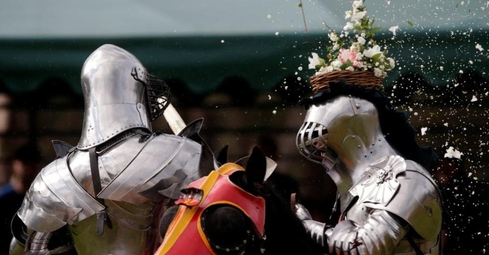 26.set.2016 - Cavaleiro australiano coloca cesta de flores na cabeça de oponente em evento que celebra a cultura medieval em Sydney