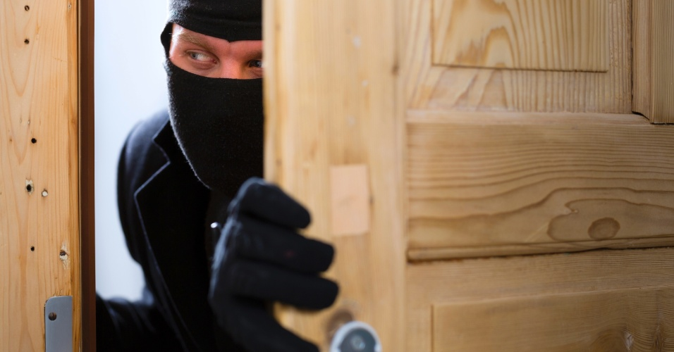 ladrão abre porta, roubo, bandido, assalto