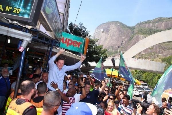 30.out.2016 - Marcelo Crivella (PRB) visita a favela da Rocinha em 30 de agosto de 2016, durante sua campanha para prefeito do Rio de Janeiro