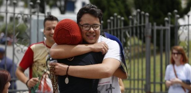 Grupo oferece abraços grátis para candidatos do Enem em BH - Hugo Cordeiro /UOL