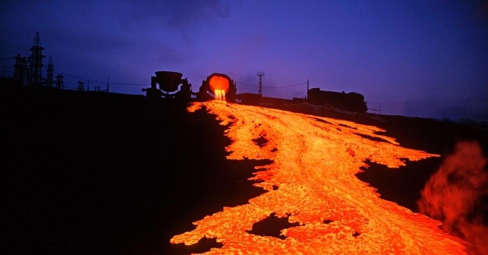 Escória derretida escorre em Norilsk, Rússia. A cidade industrial é um dos lugares mais poluídos do mundo por conta da fundição de metais pesados que ocorre na região