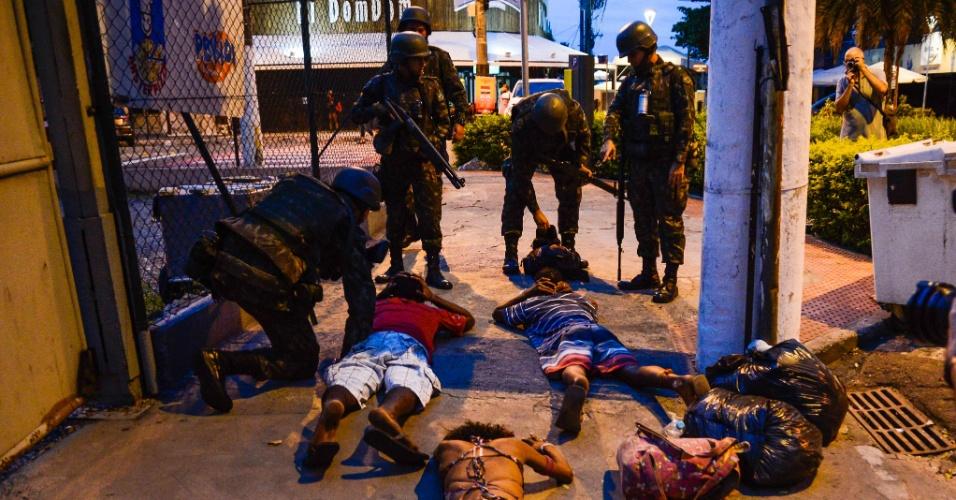 6.fev.2017 - Militares do Exército revistam moradores de Vitória