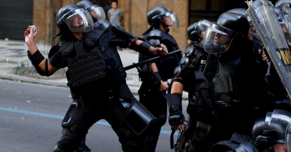 9.fev.2017 - Policiais atiram pedras durante confronto com manifestantes nas imediações da Alerj, no centro do Rio. Servidores do Estado protestam contra o pacote de austeridade do governo Pezão e a privatização da Cedae