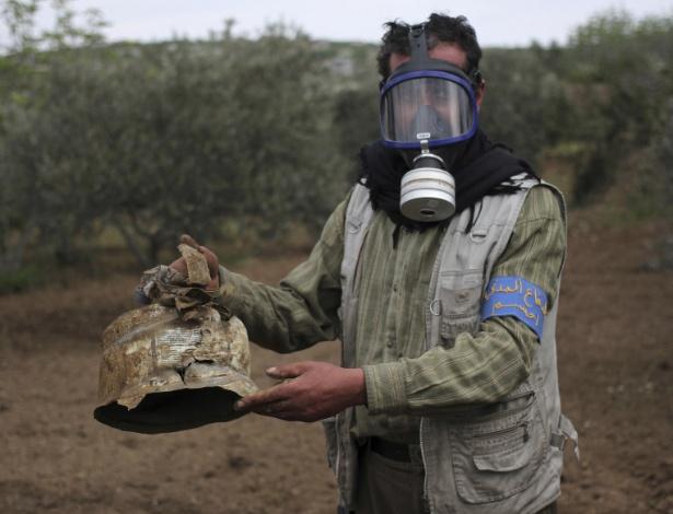 13.fev.2017 - Membro da Defesa Civil carrega recipiente danificado que ativistas acreditam ter sido usado em um ataque químico no vilarejo de Ibleen, em Idlid, na Síria