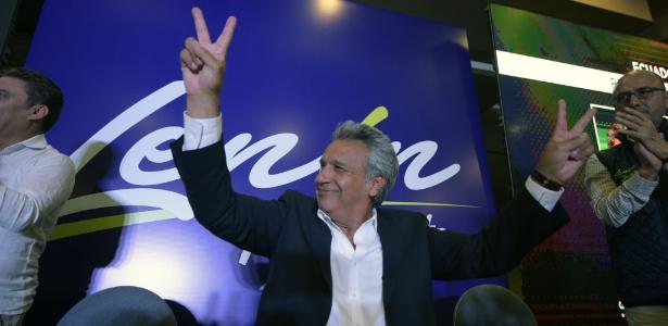 O candidato à Presidência do Equador Lenin Moreno faz o sinal de vitória em hotel em Quito