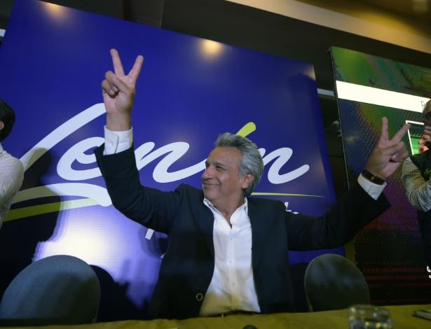 Candidato à Presidência do Equador, Moreno faz o sinal de vitória em hotel em Quito