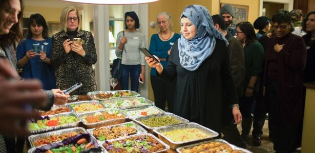 Dyana Aljizawi fotografa a comida que ela preparou para convidados do Clube de Jantar da Síria