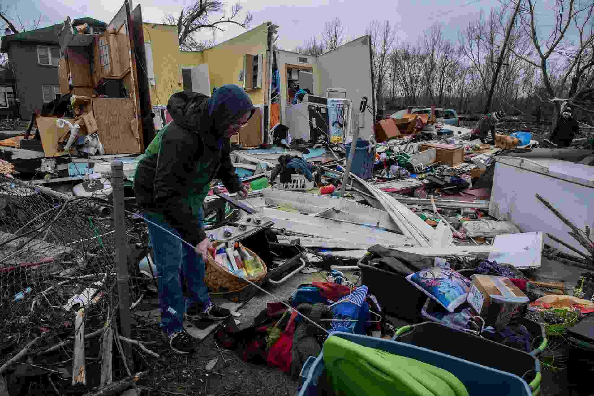 1.mar.2017 - Pessoas buscam pertences entre escombros após passagem de tornado em Naplate, no Estado de Illinois - undefined