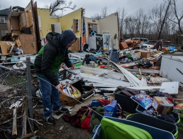 Pessoas buscam pertences entre escombros após passagem de tornado em Naplate
