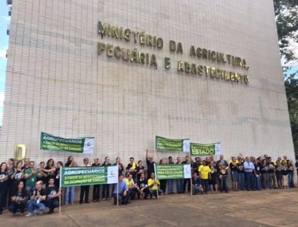 Auditores fiscais agropecuários se reúnem em ato em frente ao Ministério da Agricultura e Pecuária, em Brasília, nesta quarta (22) - Alessandra de Oliveira/UOL