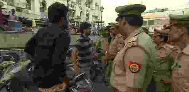 O polêmico esquadrão que combate o assédio sexual nas ruas da Índia - BBC - BBC