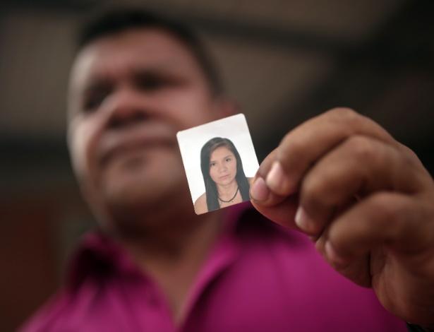 Morador de Mocoa mostra foto da filha desaparecida desde o deslizamento da sexta-feira